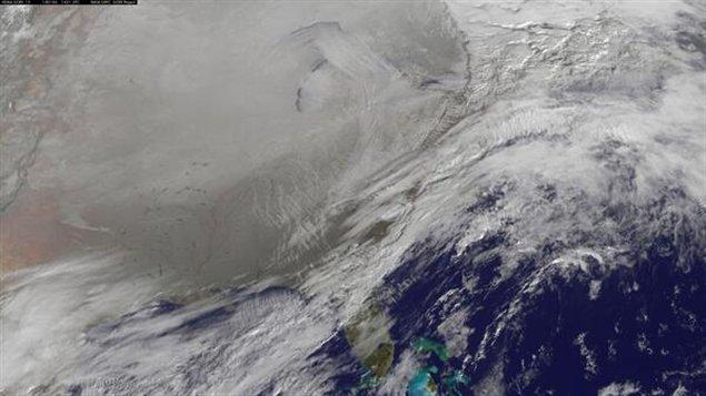 Le vortex polaire (en gris) qui recouvre le Canada et une partie des États-Unis est la conséquence du déplacement du pôle Nord magnétique.( Gooddart / NASA)