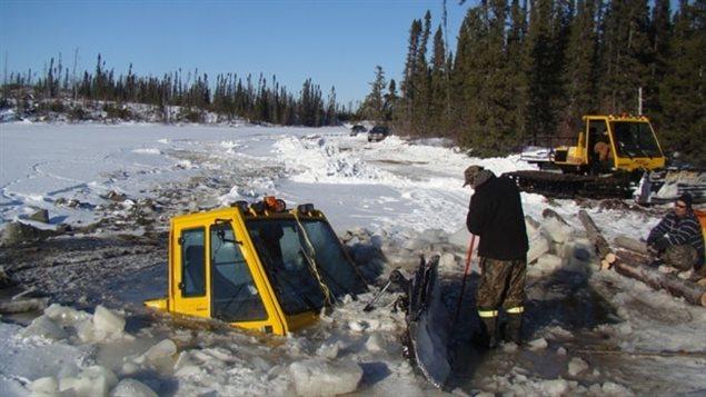 Un tracteur spécialisé dans le déneigement des routes de glace s'est retrouvé en travers de la chaussée dans le nord de l'Ontario, au mois de janvier 2013. Les deux hommes qui étaient à bord s'en sont tirés de justesse en janvier 2013. (CBC)