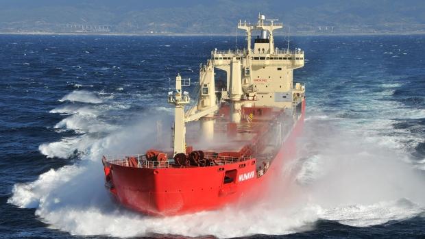 Le Nunavik, un navire de l'armateur montréalais Fednav, est devenu le premier navire commercial à traverser le passage du Nord-Ouest sans l'aide de brise-glace. (Fednav Ltd.)