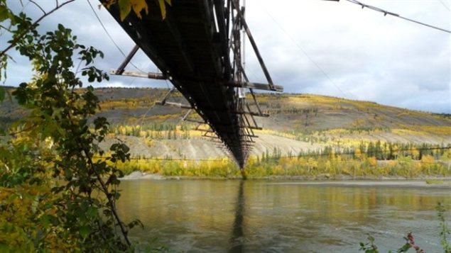 Le pont suspendu pour piétons de Ross River est âgé de 70 ans, sa structure vétuste doit être stabilisée pour être sécuritaire. (photo avec la générosité de Barry Kulan)