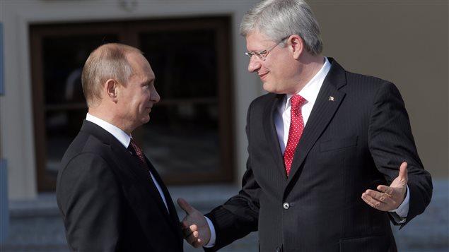 Vladimir Poutine (gauche) et Stephen Harper (droite) lors du sommet du G-20 en septembre dernier. (Dmitry Lovetsky / La Presse Canadienne)