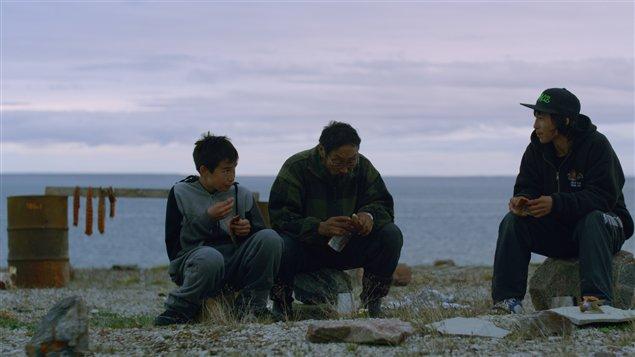 Lukasi Forrest (Tomas), Peter-Henry Arnatsiaq (Barrie) et Travis Kunnuk(Travis). (Courtoisie de Mongrel Media)