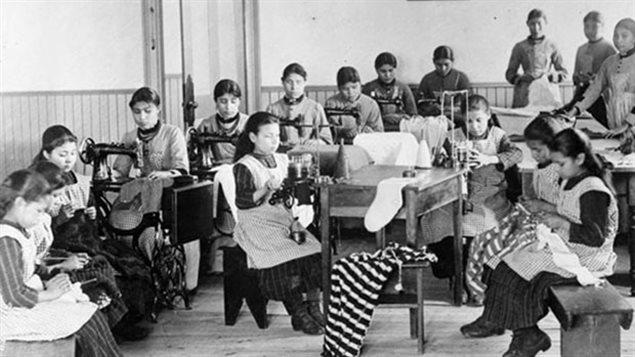 Des élèves d'un pensionnat autochtone de Fort Resolution, dans les Territoires du Nord-Ouest, sont vus dans une photo d'archives. (Bibliothèque et Archives Canada)