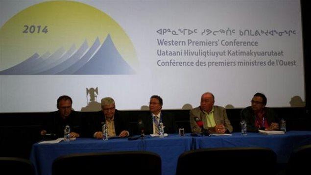 Les premiers ministres qui participent à la Conférence des premiers ministres de l'Ouest au Nunavut. (Jane Sponagle/ICI Radio-Canada)