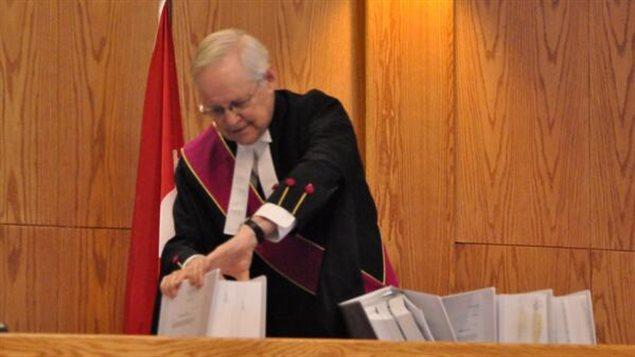 L'avenir du plan de développement du bassin de la Peel est désormais entre les mains du juge Ron Veale de la Cour suprême du Yukon que l'on voit ici dans une rare photo permise le premier jour des audiences.   (Philippe Morin / ICI Radio-Canada/)