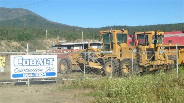 De l'équipement de Cobalt Construction, une entreprise de Whitehorse au Yukon.  (Brian Boyle /  ICI Radio-Canada)