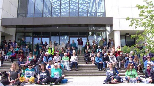 Des dizaines de citoyens yukonnais manifestent silencieusement sur les marches du Palais de justice où se déroule la première journée d'audiences du procès sur l'avenir du plan de développement du bassin Peel. (Philippe Morin /  ICI Radio-Canada)