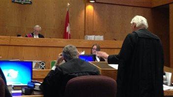 L'avocat principal des demandeurs, l'ancien juge de la Cour suprême de la C.-B., Thomas Berger, présente son exposé préliminaire.  (Philippe Morin / ICI Radio-Canada)