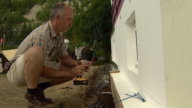 Mitt Stehelin isole le sous-sol de sa maison de Whitehorse avec des blocs de styromousse recyclée.  ( ICI Radio-Canada )