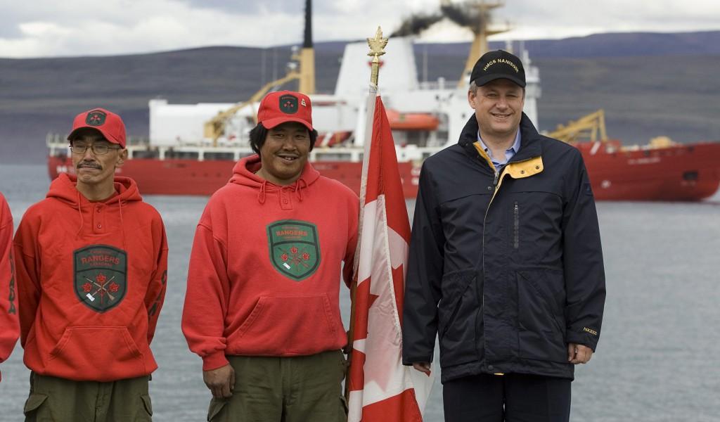 Le premier ministre Stephen Harper dans le port de Nanisivik, en 2007.