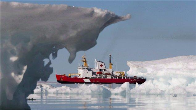 Le brise-glace Henry Larsen à Allen Bay, au Nunavut, le 25 août 2010. (Sean Kilpatrick / La Presse Canadienne)