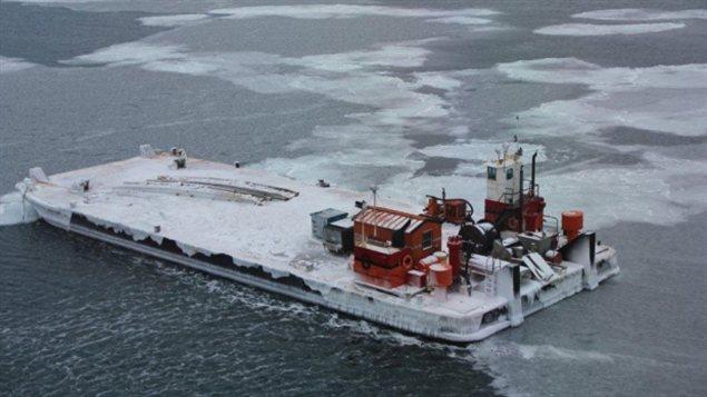 La barge au large de Prudhoe Bay en Alaska. (ERA Aviation)