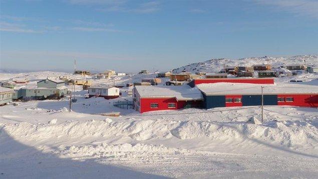 Cape Dorset, petit village inuit de 1200 âmes dans l'est du Nunavut. (Eilís Quinn/Regard sur l'Arctique)