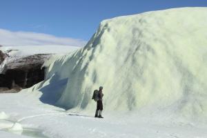 Un chercheur canadien examine le fameux glacier jaune. (Stephen Grasby/Natural Resources Canada)