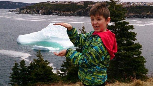 Un enfant s'amuse à écraser un iceberg entre ses mains. (CBC News)