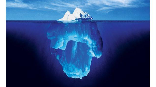 Un iceberg est un bloc de glace d'eau douce dérivant sur la mer. De tels blocs, souvent de masse considérable, se détachent du front des glaciers polaires ou d'une barrière de glace flottante. (iStock)