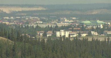 La fumée produite par les nombreux incendies qui brûlent au Yukon et en Alaska couvre le sud du territoire. (Mike Rudyk/ICI Radio-Canada)