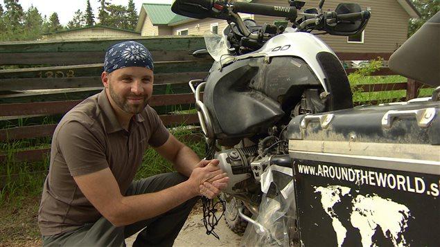 Le Slovène Bostjan Skrlj compte réparer sa motocyclette et reprendre la route. (Philippe Morin/ ICI Radio-Canada)