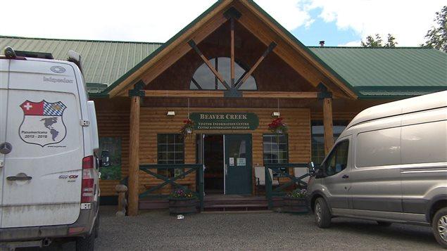Le village de Beaver Creek est la collectivité la plus à l'ouest du pays. (Claudiane Samson/ICI Radio-Canada)