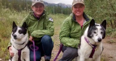Les biologistes Lori Humstol et Claire Edwards et leurs partenaires poilus. (Meagan Dueling/ICI Radio-Canada)