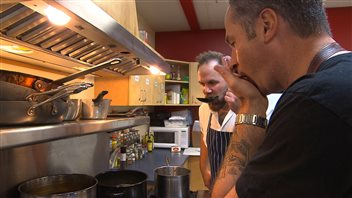Les chefs Eric Pateman et Chris Irving sont deux des trois chefs invités du festival d'art culinaire.  (Claudiane Samson/ICI Radio-Canada)