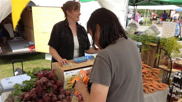 Le marché de fermiers à Whitehorse tous les jeudis de l'été est le principal point de vente pour les producteurs locaux. (Leonard Linklater/ ICI Radio-Canada)