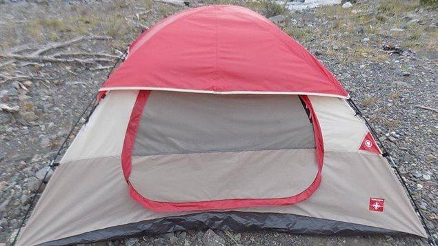 La tente du campement abandonné au nord de Burwash Landing contenait un manteau, un sac de couchage, deux bouteilles de vin et deux conserves de nourriture. (Gendarmerie royale du Canada)