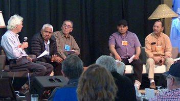 Les participants à la Conférence sur le versant nord du Yukon explorent comment mieux amalgamer le savoir local aux recherches scientifiques de la région. (Philippe Morin/ ICI Radio-Canada)