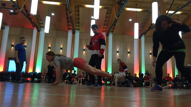 Dans le « saut du phoque », l'athlète parcourt la plus grande distance possible en faisant des bonds sur les pieds et les mains en même temps. (Claudiane Samson/ICI Radio-Canada)