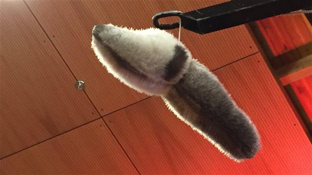 Les compétiteurs doivent toucher l'objet en hauteur avec la main ou le pied, selon la compétition. (Claudiane Samson/ ICI Radio-Canada)