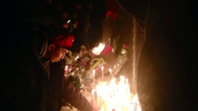 Une veillée à la chandelle, à la mémoire de Brandy Vittrekwa, retrouvé sans vie le 8 décembre 2014. (ICI Radio-Canada)