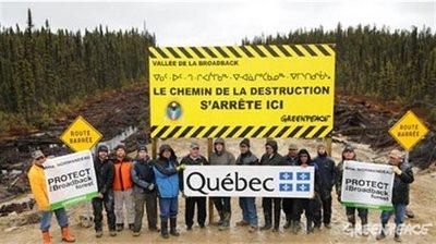 Des Cris de Waswanipi et des membres de Greenpeace ont érigé une barricade sur une route forestière en 2010. (Courtoisie Greenpeace)
