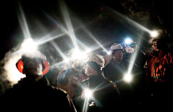 Un groupe de gens debout à l'intérieur de la mine d'or dans la montagne du Groenland Nalunaq dans cette photo de 2009. La richesse souterraine a été au cœur des deux dernières élections au Groenland alors que les inquiétudes sur les conséquences environnementales de l'exploitation minière à l'afflux potentiel de la main-d'œuvre chinoise occupaient les esprits. (Joachim Adrian / Polfoto / AP)