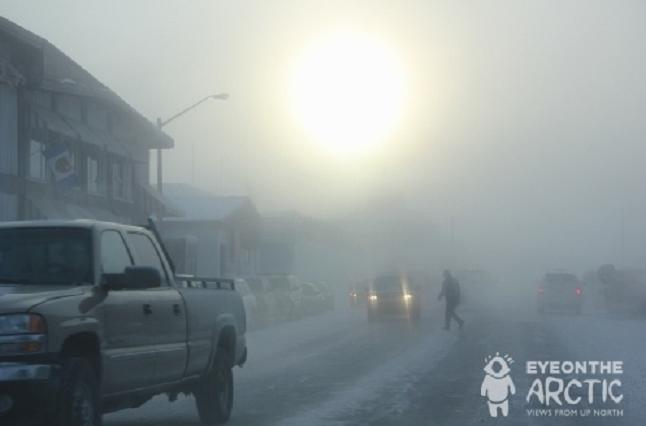 Le bureau du Conseil tribal des Gwich'in est dans la ville arctique de Inuvik (photo ci-dessus) dans les Territoires du Nord du Canada. Les dirigeants disent qu'ils ont trouvé un bon équilibre entre le développement et l'environnement dans leur zone de peuplement. (Eilís Quinn / Regard sur l'Arctique)