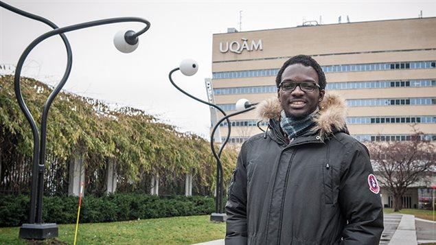 Setigui Keita devant le Complexe des sciences Pierre-Dansereau de l'Université du Québec à Montréal. (Nathalie St-Pierre/ Courtoisie UQAM)