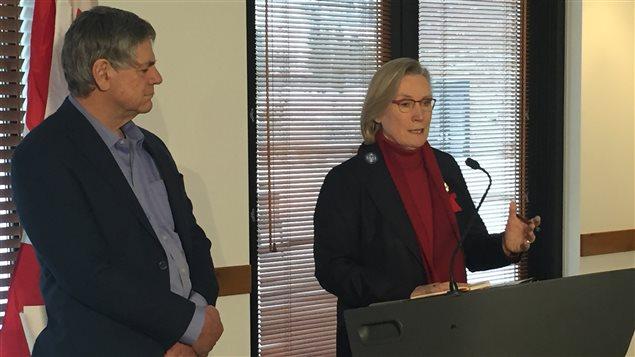 La ministre des Affaires autochtones et du Nord, Carolyn Bennett, affirme qu'il lui fallait entendre directement des familles ce qu'elles désirent voir dans une Commission d'enquête. (Claudiane Samson/ ICI Radio-Canada)