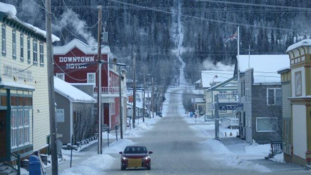 Une rue à Dawson City au Yukon. (Chris Windeyer/CBC)