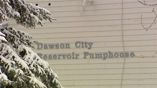 La construction de la nouvelle usine de traitement des eaux usées de Dawson a été entamée en 2009. (ICI Radio-Canada)