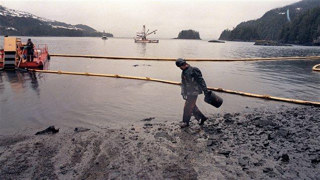 Plage engluée de pétrole dans le détroit du Prince William en Alaska. (John Gaps III/AP/La Presse Canadienne)