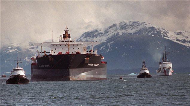 Remorquage du pétrolier Exxon Valdez, deux mois après le déversement de près de 11 milions de gallons de pétrole au large de l'Alaska. (Al Grillo/AP/La Presse Canadienne)