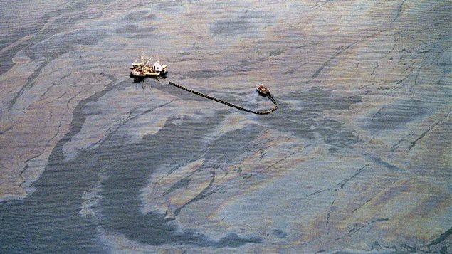 Opération de récupération du pétrole en mer dans le détroit du Prince William, une semaine après le déversement. (Chris Wilkins/ AFP)