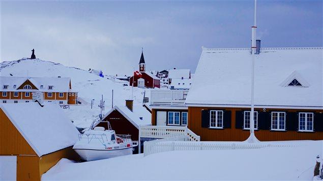 Le Groenland cherche depuis de nombreuses années à gagner de l'autonomie face au pays colonisateur, le Danemark. (Claudiane Samson/ICI Radio-Canada)