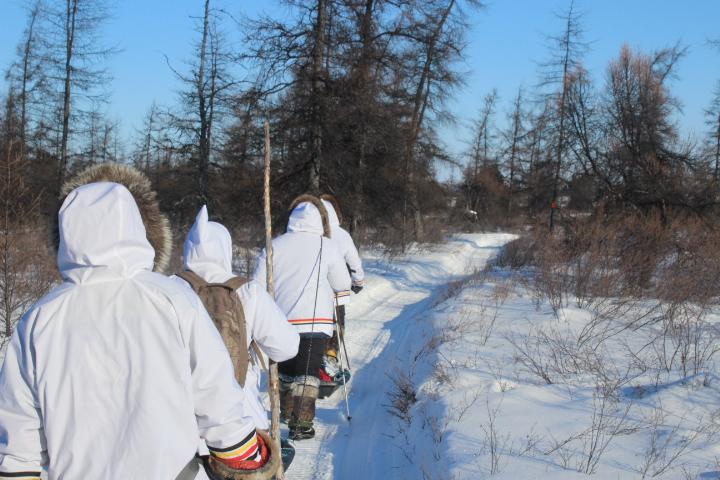 Marche Innu Meshkenu dans un sentier en 2015. © Courtoisie Innu Meshkenu