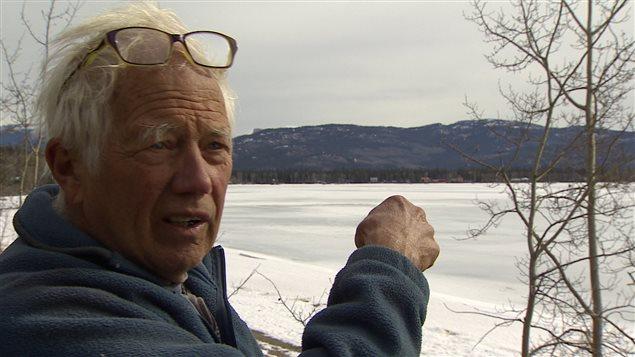 Le résident de la baie M'Clintock, Peter Heebink, affirme avoir aperçu un bateau à moteur perturber les cygnes deux jours de suite. PHOTO : WAYNE VALLEVAND/ICI RADIO-CANADA