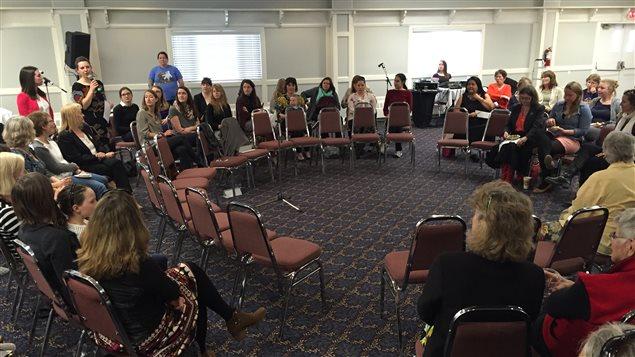 Plus de 80 femmes se sont présentées à l'événement qui visait à encourager les Yukonnaises à intégrer la politique. Photo : Claudiane Samson/ICI RADIO-CANADA