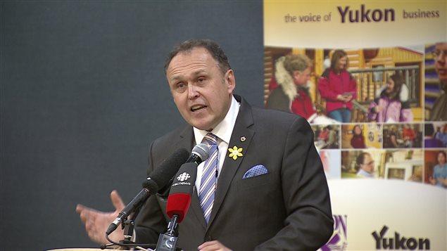 Le Premier ministre du Yukon, Darrell Pasloski, a dévoilé à la Chambre de commerce du Yukon de nombreux éléments de son prochain budget. PHOTO : WAYNE VALLEVAND/ICI RADIO-CANADA
