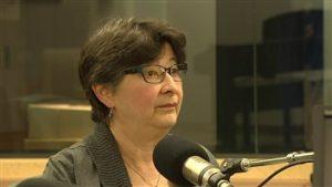 La vétérinaire en chef du Yukon, Mary Vanderkop, croit qu'il y a trop de chiens dans le village de Ross River. (Radio-Canada)