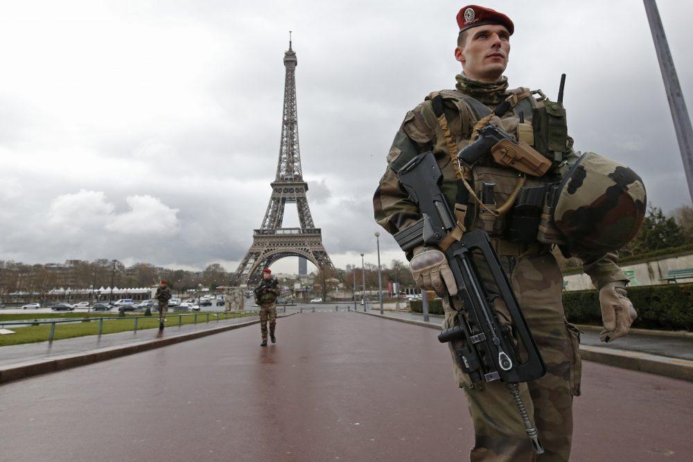 Des parachutistes de l'armée française patrouillent près de la Tour Eiffel à Paris, France, 30 Mars, 2016. La France a décidé de déployer 1,600 policiers supplémentaires pour renforcer la sécurité à ses frontières et dans les transports publics à la suite des explosions mortelles à Bruxelles. (Philippe Wojazer / REUTERS)
