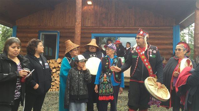 La Première Nation Teslin Tlingit a tenu une cérémonie spéciale de récolte de saumon quinnat au lac Teslin au Yukon. (Mike Rudyk/CBC)