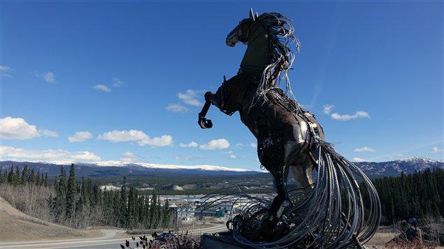 Le cheval de Whitehorse, une sculpture de Daphne Mennell et du soudeur Roger Poole. (Claudiane Samson/ICI Radio-Canada)